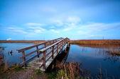 Brücke über den Fluss in Dämmerung — Stockfoto