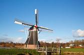 荷兰风车在阳光灿烂的日子 — 图库照片