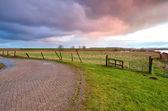 Wschód słońca nad droga i łąka — Zdjęcie stockowe