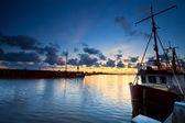 Fischerboote am fluss bei sonnenuntergang — Stockfoto