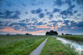 Route de la bicyclette et le canal au lever du soleil — Photo