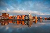 Edifícios coloridos na água durante o nascer do sol, Holanda — Fotografia Stock
