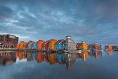 Coloridos edificios sobre el agua — Foto de Stock