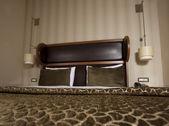 Postel v hotelovém pokoji — Stock fotografie