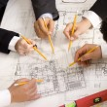 voldoen aan het team van ingenieurs op bouwproject op — Stockfoto