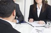 Homem explicando sobre o perfil para gerentes de negócios, em um trabalho que eu — Foto Stock