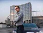 Man in shirt posing near car — Stock Photo
