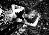 美丽的女孩躺在花床上 — 图库照片