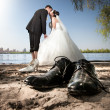 Married couple kissing on beach — Stock Photo