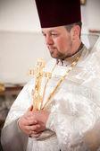 东正教牧师举行耶稣受难像 — 图库照片