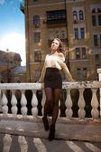 девушка с длинными ногами, опираясь на перила — Стоковое фото