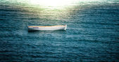 Solo barco flotando sobre las olas — Foto de Stock