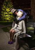 Knappe man zijn vriendin knuffelen op bank — Stockfoto