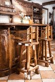 Zwei hölzerne reck stühle im landhausstil — Stockfoto