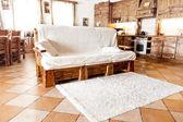 Hölzerne sofa stehen im wohnzimmer im landhausstil — Stockfoto