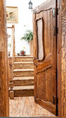 Holztür mit glas zur treppe — Stockfoto