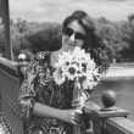 Portrait of brunette girl holding sunflowers — Stock Photo