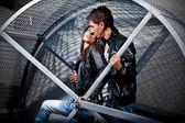 Mężczyzna i kobieta przytulanie na ulicy w metalowej klatce — Zdjęcie stockowe