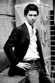 Hombre elegante posando contra street — Foto de Stock