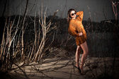 Arab woman posing at night on dune with trees — ストック写真