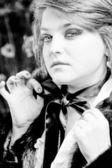 Svartvita porträtt av knubbig kvinna knyta svart båge — Stockfoto