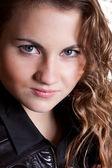 Porträtt av sexiga lockigt med brunt hår och blå ögon — Stockfoto