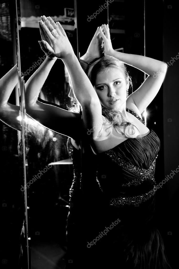 femme sexy appuy contre le dos contre le mur de miroir photographie kryzhov 35910913. Black Bedroom Furniture Sets. Home Design Ideas