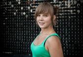 Porträt der jungen blonden frau posiert schwarz gefliesten wand — Stockfoto