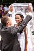 жених, приподняв фату и, глядя на невесту — Стоковое фото