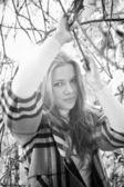 Porträt von sexy frau unter baum stehen und halten branch — Stockfoto