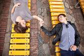 Pár v lásky na dvě lavičky a držení rukou — Stock fotografie