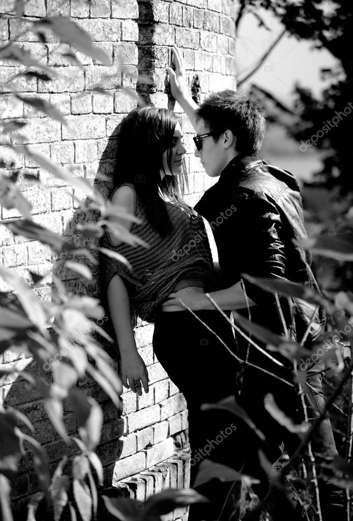 Foto de la pareja de enamorados abraz ndose contra la - Fotos en la pared ...