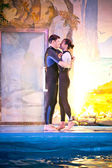 Couple in love hugging in dolphinarium — ストック写真