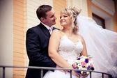 красивый жених, обнимая его невеста от на улице — Стоковое фото