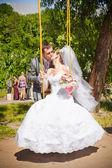 Bruidegom swingende bruid op haar knuffelen en speelplaats — Stockfoto