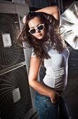 Femme bronzée sexy avec des gros seins sur photoshoot à rue — Photo