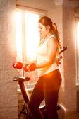 женщина на тренировке тренажерный зал с гантелями на закате — Стоковое фото