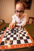 портрет девушки в очки, играя в шахматы — Стоковое фото
