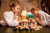 портрет двух сестричек, игра в шахматы — Стоковое фото