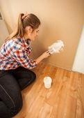 μελαχρινή γυναίκα κάνει σπίτι ανακαίνιση — Stockfoto
