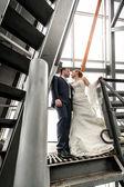 Se casó con pie par en la cima de las escaleras metálicas — Foto de Stock