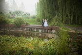 Married couple walking on riverbank at foggy day — Стоковое фото