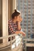 Foto bederní dívka kouří z vdova — Stock fotografie