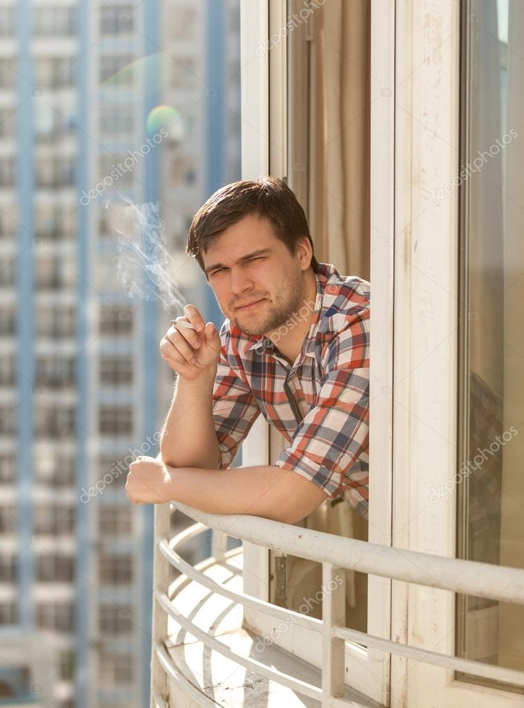 cigarette fumer jeune homme sur le balcon photographie kryzhov 44152159. Black Bedroom Furniture Sets. Home Design Ideas