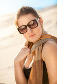 Vrouw in zonnebril en sjaal op woestijn — Stockfoto