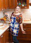 красивые улыбающиеся домохозяйки в фартук — Стоковое фото
