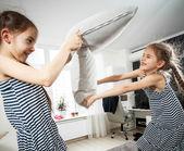 Yastık ile mücadele iki küçük kız portresi — Stok fotoğraf