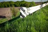 田舎道の側のバンプストッパの写真 — ストック写真