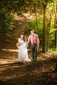 Recién casado pareja caminando en el parque en un día soleado — Foto de Stock