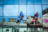 Men cleaning window facade of skyscraper — Stock Photo